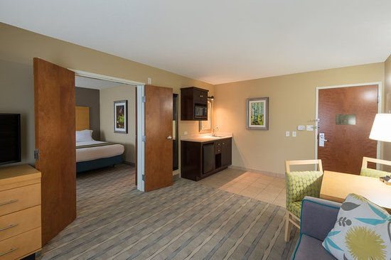 Wheat Ridge, Kolorado: ADA / hearing accessible Two Queen Suite living area