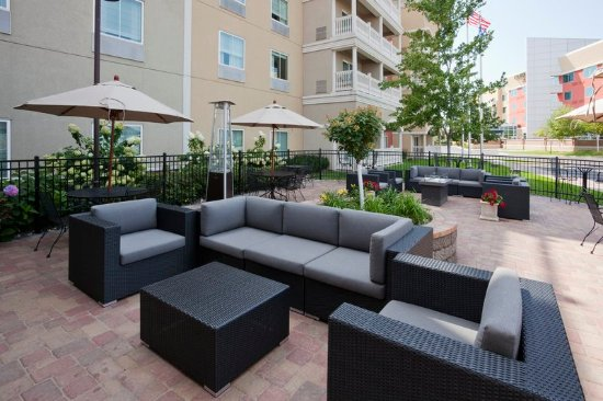 Maple Grove, Μινεσότα: Glowing fire and comfy seating await you at our outdoor patio