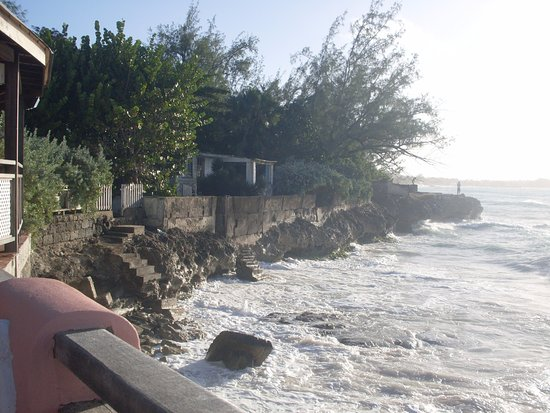 Barbados Beach Club: The rocks along the coast would make it difficult to bathe.