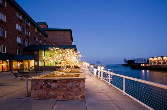 Port Washington, WI: Hotel Exterior at Night at Holiday Inn Harborview
