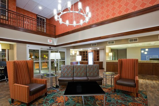 Saint Cloud, MN: Hotel Lobby at the Holiday Inn Express & Suites St. Cloud