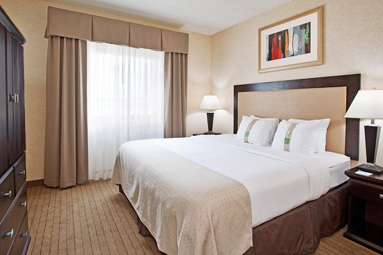 Farmington Hills, MI: King Bed Guest Room