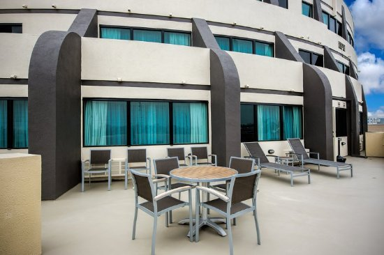 Holiday Inn Hotel & Suites Anaheim - Fullerton: Veranda Balcony Suite Patio Area off the King Suite
