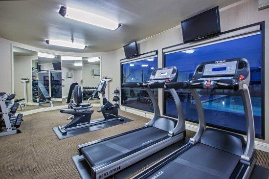 Фуллертон, Калифорния: Fitness Center overlooking the Outdoor Pool Area