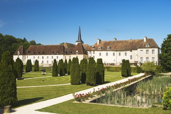 Gilly-les-Citeaux, Frankrike: Exterior View Gardens View