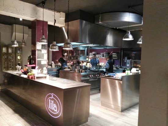 Blick in die offene Küche - Picture of Lila Portals Beach Restaurant ...
