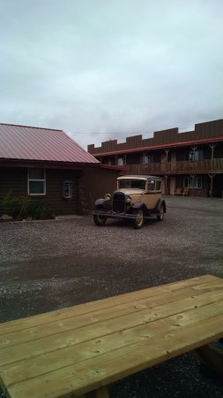 Big Bear Motel: Office building with old car decor.
