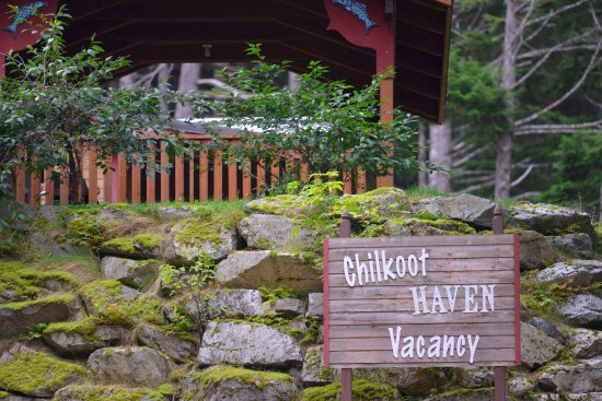 Chilkoot Haven: Welcome sign atop the driveway.