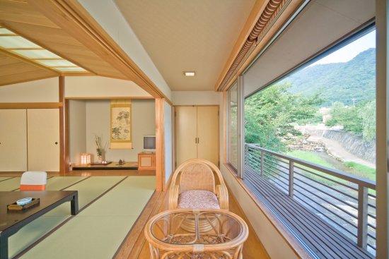 Shunan, Japan: 夜市川に面した客室
