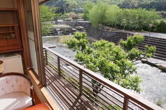 Shunan, Japan: 客室から夜市川を望む