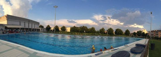 Abano Terme, Italië: foto piscina olimpica esterna e relativo giardino