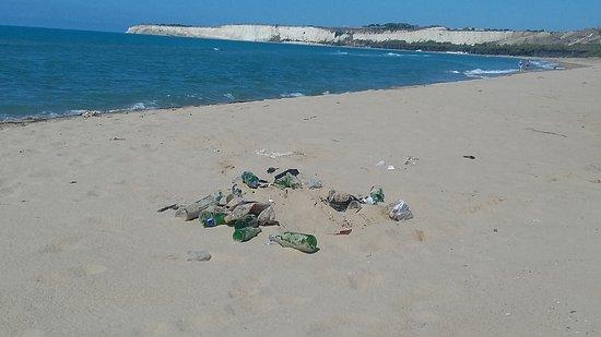 Montallegro, Italia: Davvero triste l'intimità di chi rovina l'ambiente!!
