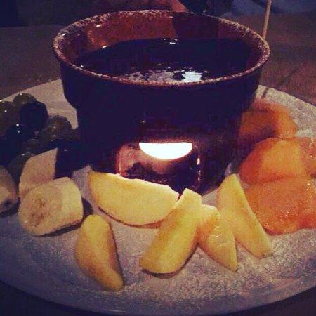 Fonduta di cioccolato fondente con frutta.