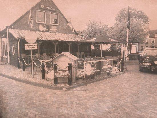 Hollum, Nederland: Ook kunt u gezellig eten op de vranda. Maar natuurlijk ook op het terras of binnen.