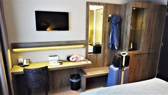 Schreibtisch und Schrank - Picture of Ozo Hotel, Amsterdam - TripAdvisor