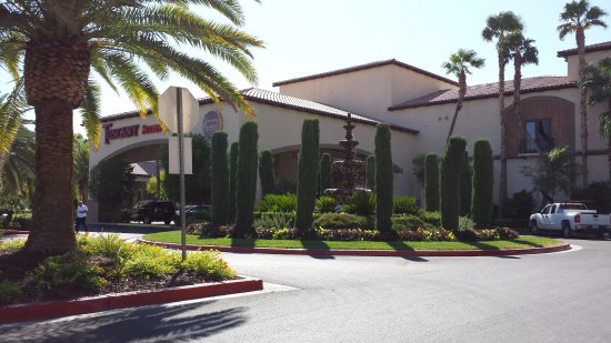 Tuscany Suites & Casino: Front of hotel