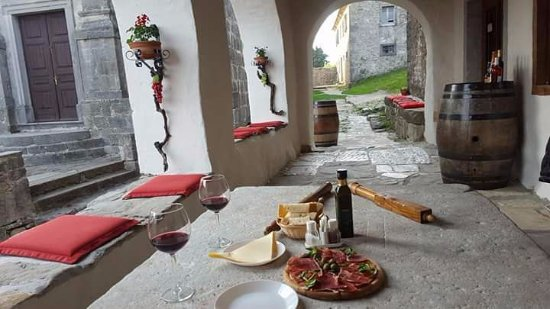 Roc, Kroatien: relax in terrace with wines and istrian ham ;)