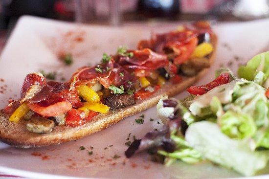 Fos-Sur-Mer, France: Tartines, Salades et Planches sont à la carte du P'tit Canotier