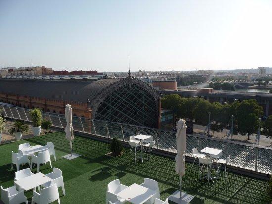 NH Sevilla Plaza de Armas: Vista do Bar da piscina