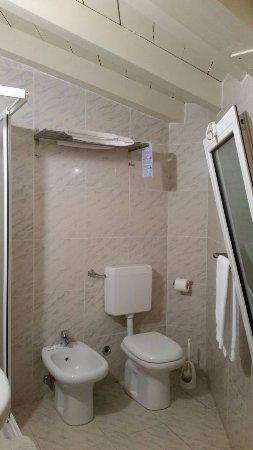 Albergo Marina: L' ampio bagno