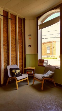 Conyers, Gürcistan: Corner seating area in main dining room. Space is quaint with a minimalist flare.