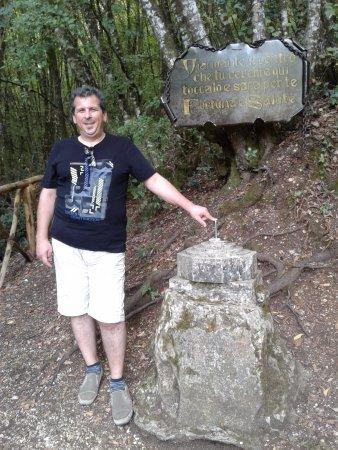 Нарни, Италия: il viandante che tocca il centro riceve fortuna