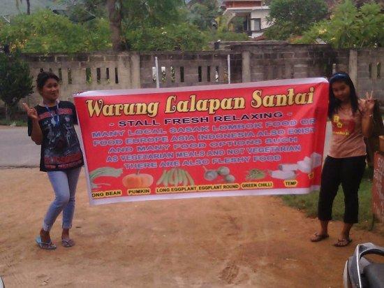 Praya, Indonesia: staff yang ramah di warung lalapan santai