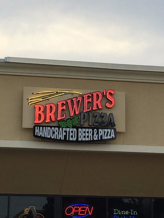Brewer's Pizza: Entrance to Brewers Pizza and Pinglehead Brewing in a strip mall in Orange Park
