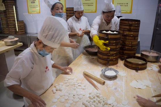 Kaifeng, จีน: baozi making