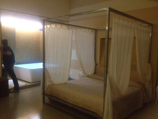 Suite con letto a baldacchino e vasca enorme - Bild von Alessi Hotel ...