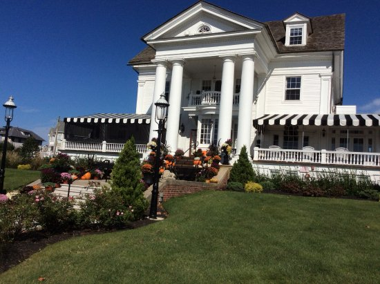 Peter Shields Inn & Restaurant: Beautifully decorated for Fall!