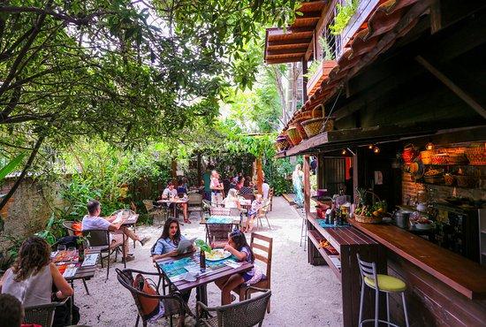 Quintana: Jardim e bar Amado