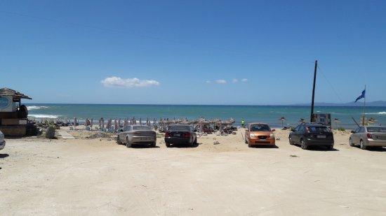 Lygia, Griechenland: Plaża jest za tymi samochodami