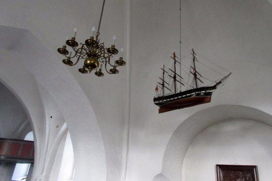 Rise Kirke: Lysekrone og kirkeskib