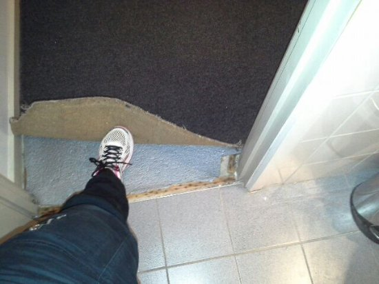 Riverside Apartments Melbourne: Trip hazard bathroom into bedroom carpet not fixed to the runner