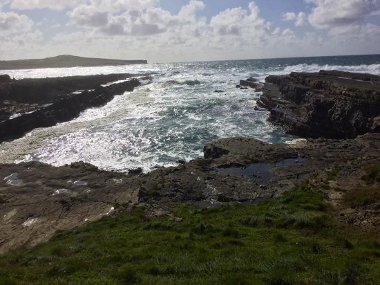 Kilkee, Irland: You can walk out to the very end of this area.