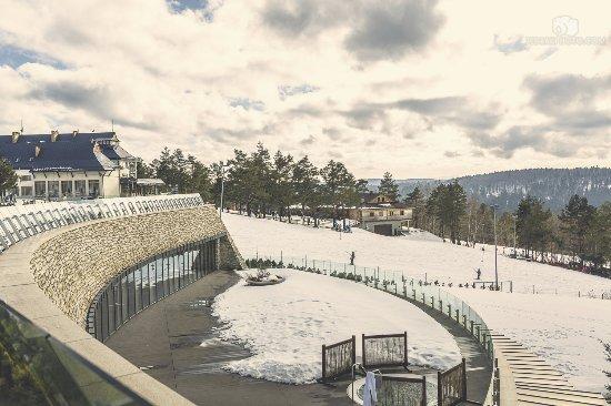 Ustrzyki Dolne, Polandia: Widok na stok narciarski (jest jeszcze na góry)