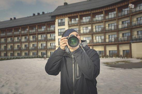 Ustrzyki Dolne, Polandia: Za plecami widok na hotelowe apartamenty