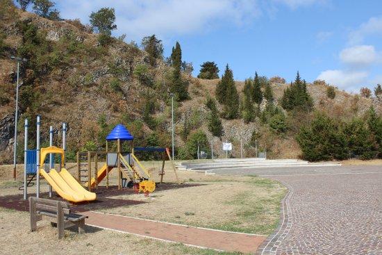 Torriana, Italien: Arena con area giochi per bambini