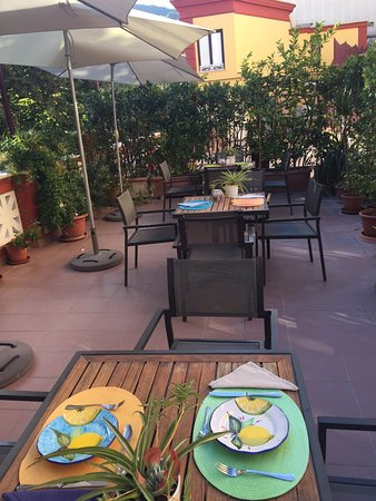 Palazzo Jannuzzi Relais: Breakfast terrace for superb buffet!