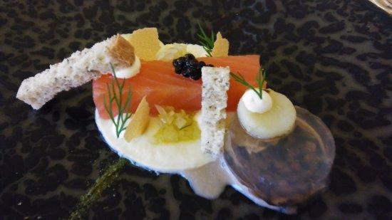 Hostellerie Saint-Nicolas: Gerookt zalmhaasje met oester, venkel en gekonfijte aardappelen.