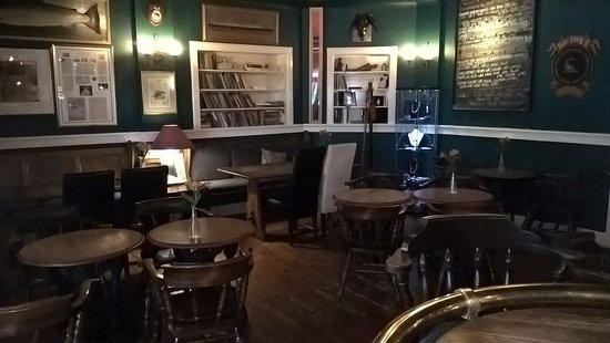 Cairnbaan, UK: Traditional bar area seating and can have evening meal here