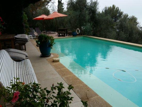 Domaine Pins Paul: La piscine supérieure .