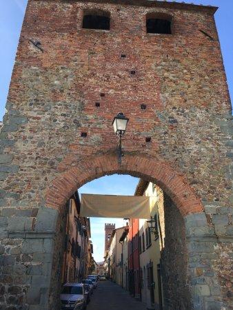 Montecarlo, Italia: Porta Nuova, uno degli ingressi/uscita del Borgo