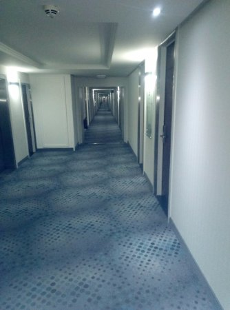 Diegem, Belgio: Long, barrack like corridors at the Holiday Inn near Brussels airport