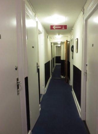 Hotel Windsor: il corridoio (sembra quello di un sommergibile)