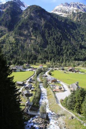 Gschnitz, Αυστρία: Blick von der Brücke über den Wasserfall ins Tal