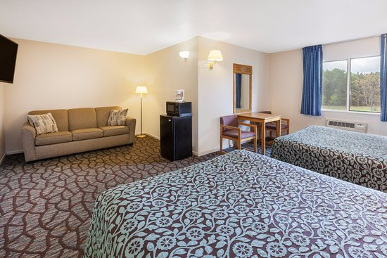 Days Inn Manistee: Deluxe Room - Two Queen One Queen pullout sofa