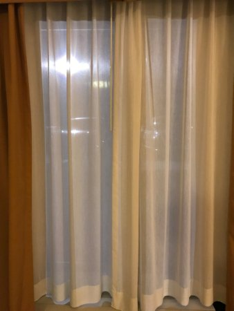 Holiday Inn Express Hotel & Suites Lebanon: Curtains. The thick curtains were only for show and could not be closed at all.