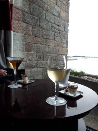 Hôtel Brittany & Spa : Bar et sa vue sur Roscoff